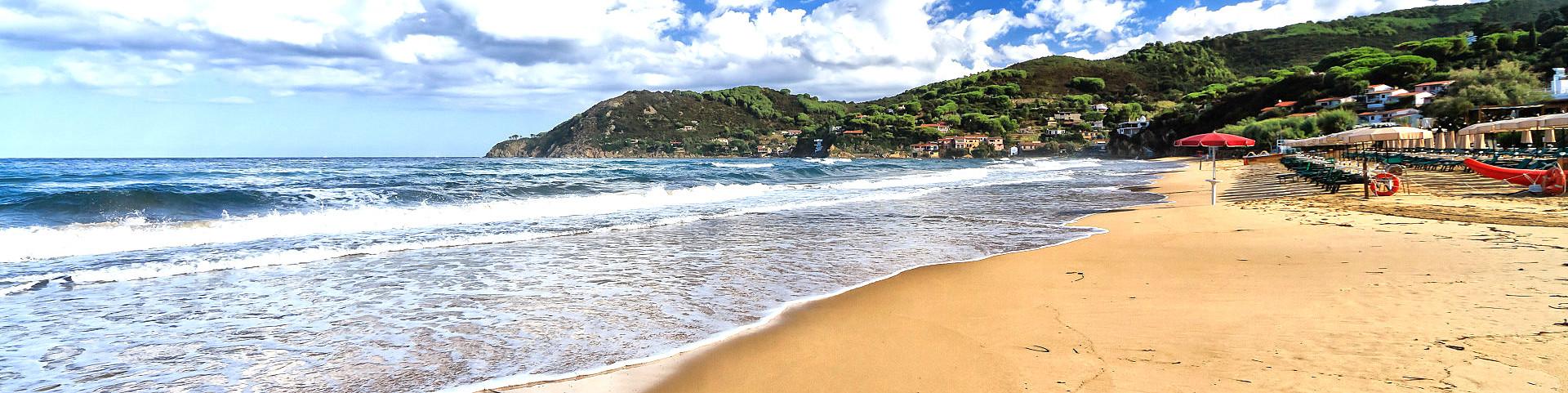 Záliv Biodola, pláž La Biodola, v pozadí jsou vidět další dvě pláže