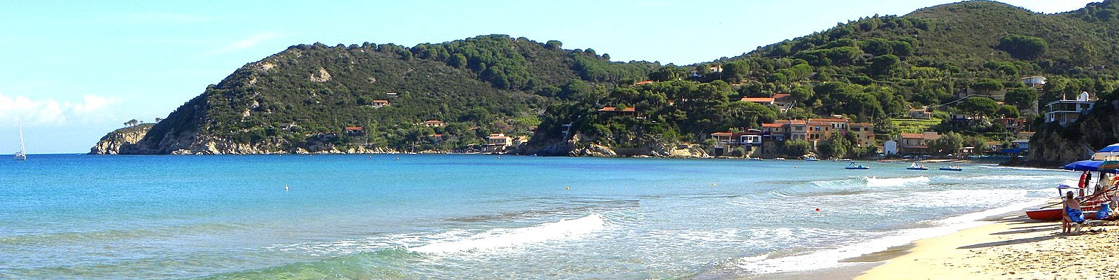 Záliv Biodola, pohled z pláže La Biodola na pláže Scaglieri a vlevo Forno