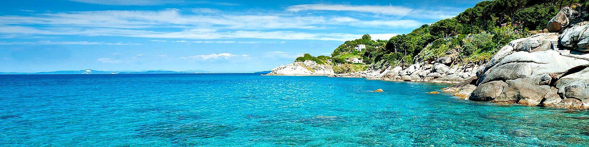 Záliv Biodola, skalnatá část mezi plážemi Della Lamaia a La Biodola