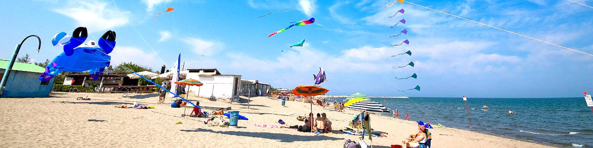 Rosolina Mare, pláže jsou zde široké a k dispozici pro všechny možné hry