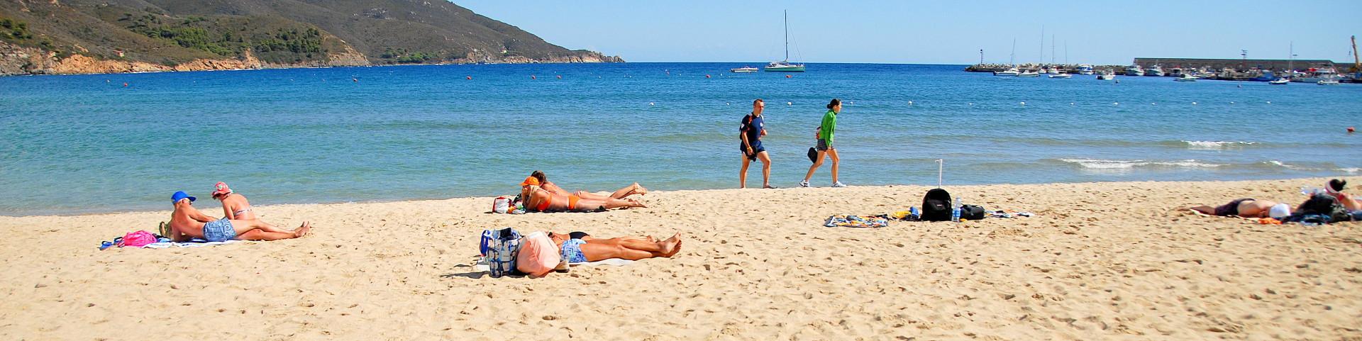 Marina di Campo, nádherná písčitá pláž u centra