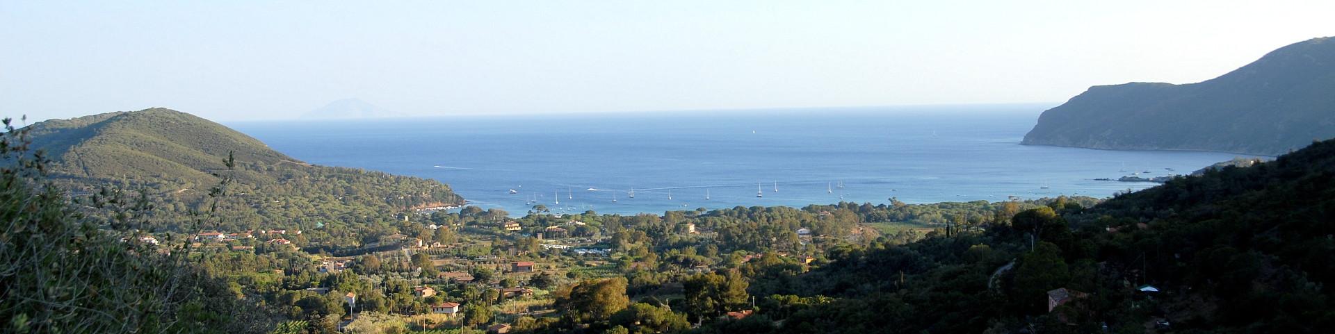 Lacona, celkový pohled na záliv, pláž Lacona, vpravo je vidět cíp pláže Laconella