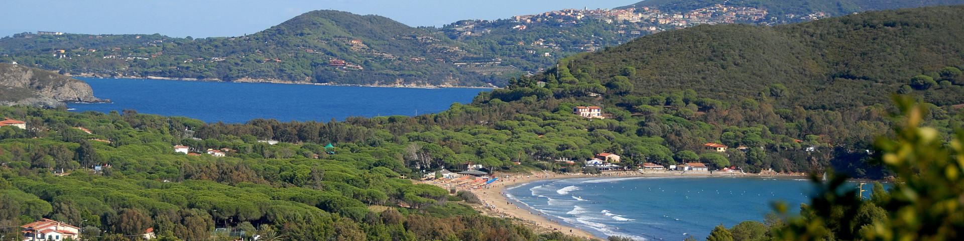 Lacona, pohled na hlavní písčitou pláž i vzdálenější oblázkovou, v pozadí Capoliveri