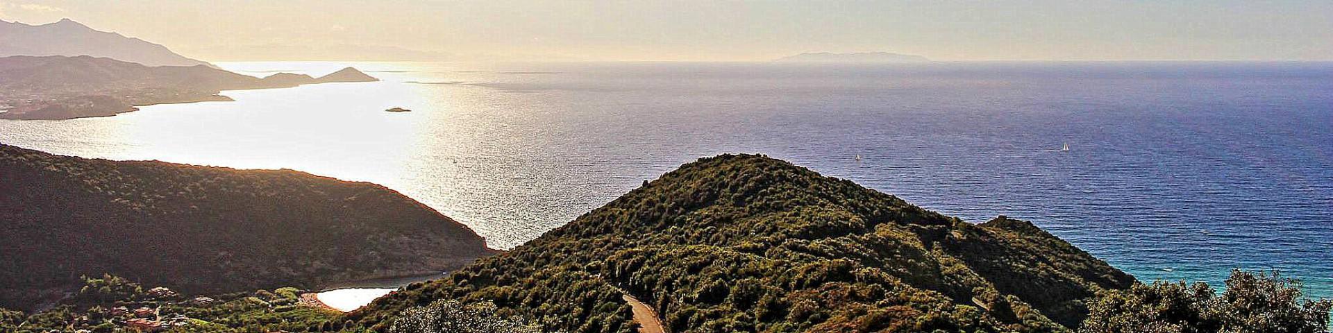 Nisporto a záliv u Porotferraio, které je částečně vidět úplně vlevo