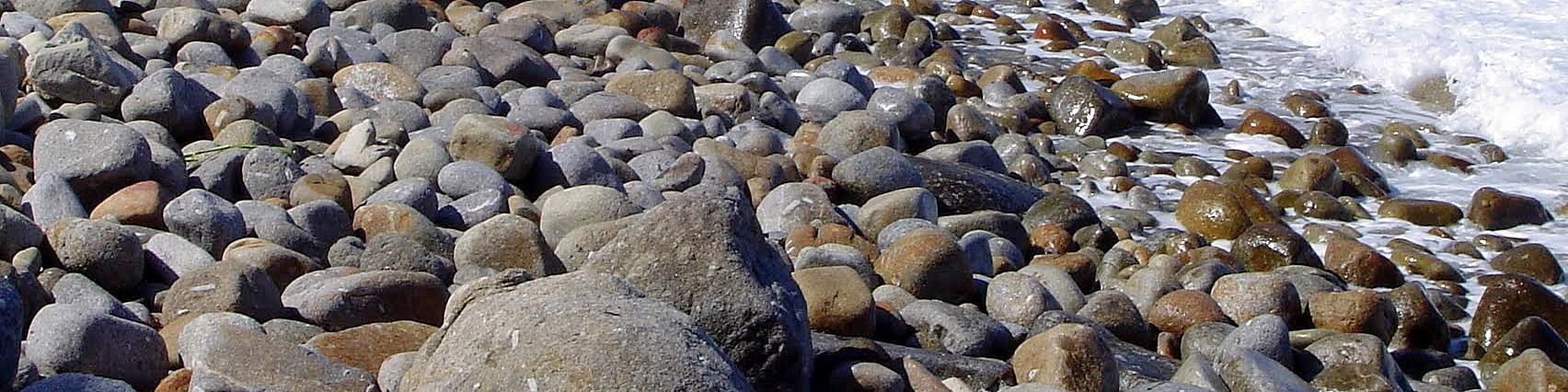 Patresi, kamenitá pláž je zde tvořena oblázky a valouny