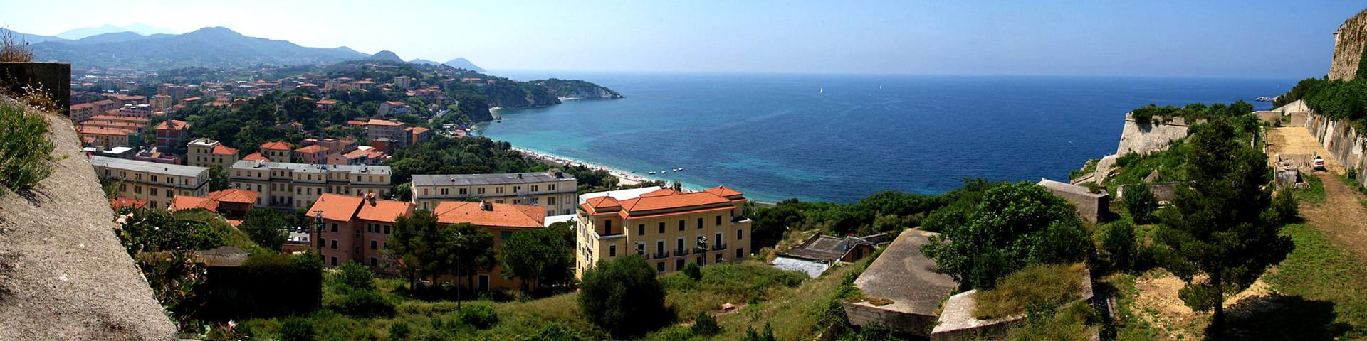 Portoferraio, pláž Cala dei Frati, vzadu pláž Padullela