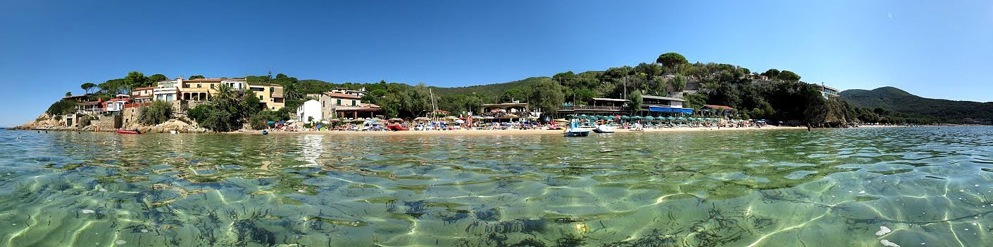 Elba, záliv Biodola, pláž Scaglieri, v celém zálivu je nádherná průzračná voda