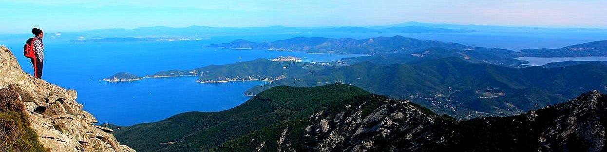 Elba, celkový pohled, vprostřed Portoferraio, v dálce už je pevnina a Piombino