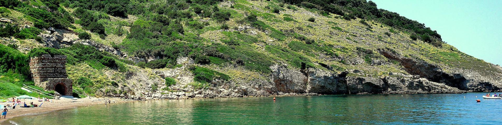 Elba, Nisporto, vlevo je vidět vstup do jedné z místních starých šachet