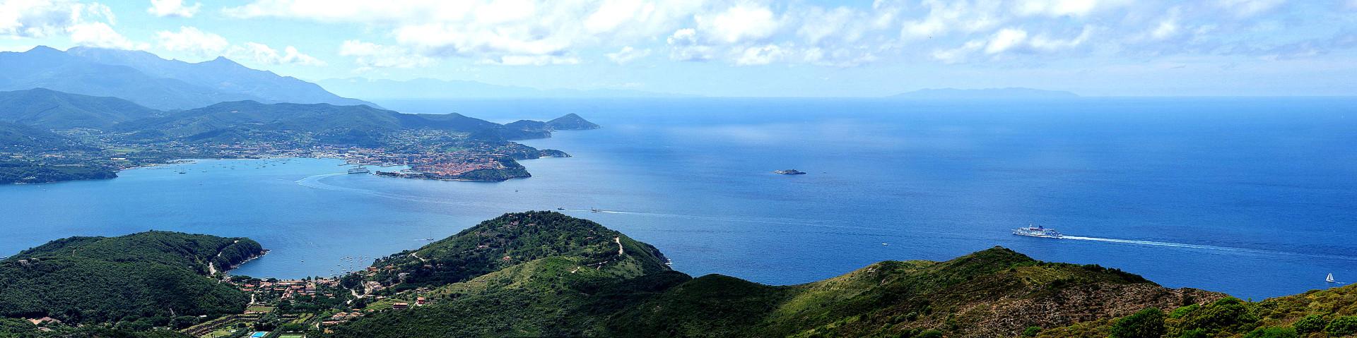 Elba, nádherný pohled na Portoferraio a a celý záliv, v dálce vpravo je ostrov Capraia
