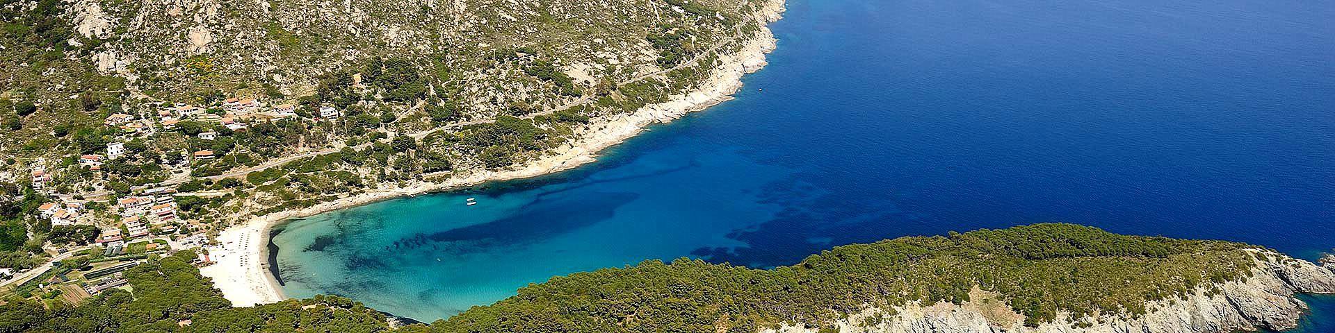 Elba, zátoka a pláž Fetovaia je menší, klidné místo nedaleko Marina di Campo