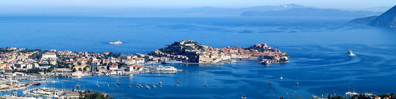 Elba, Portoferraio, jeho přístav a v dálce pevnina s přístavem Piombino