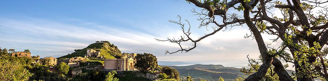 Brancaleone, klášter u historické části města