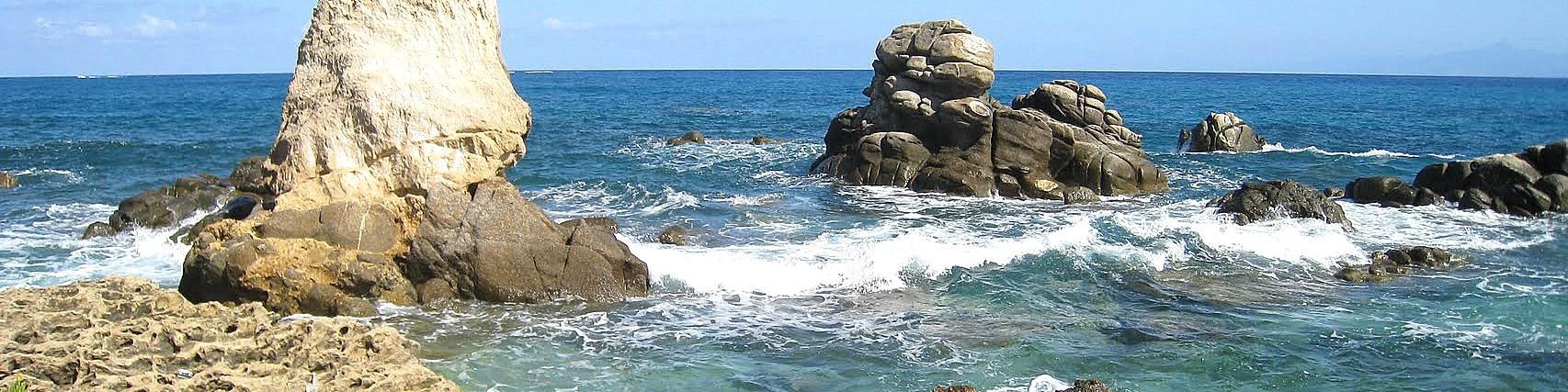 Briatico, typické skalnaté útvary lemují místy pobřeží