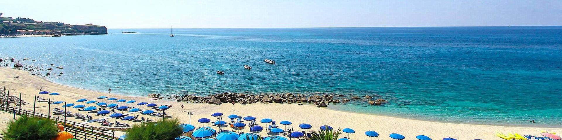 Briatico, stále pláž Lido San Giuseppe, světlý písek a krystalicky modré moře