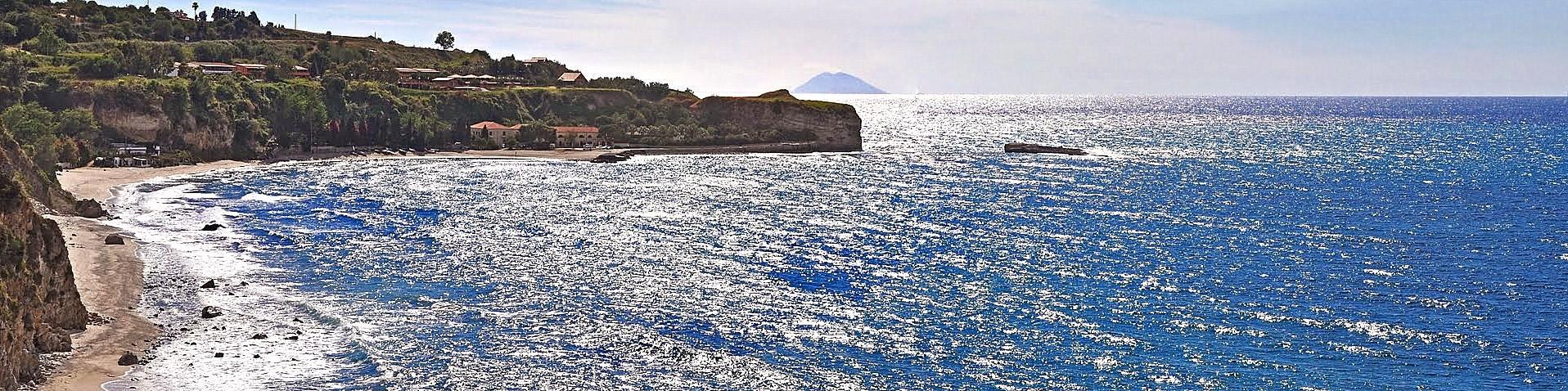 Briatico, pláž Lido San Giuseppe, v dálce je vidět dýmající sopka Stromboli