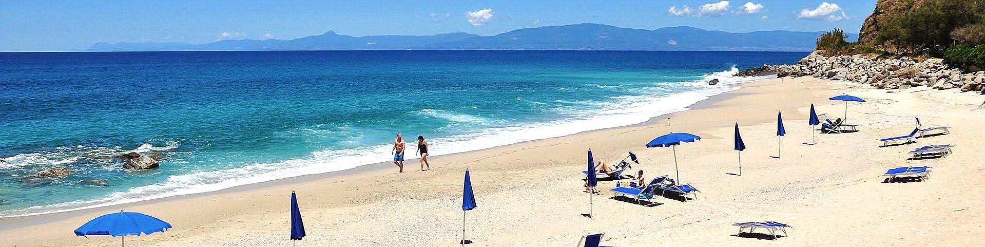 Briatico, pláž Lido San Giuseppe a výhled až na vzdálené kalábrijské Apeniny