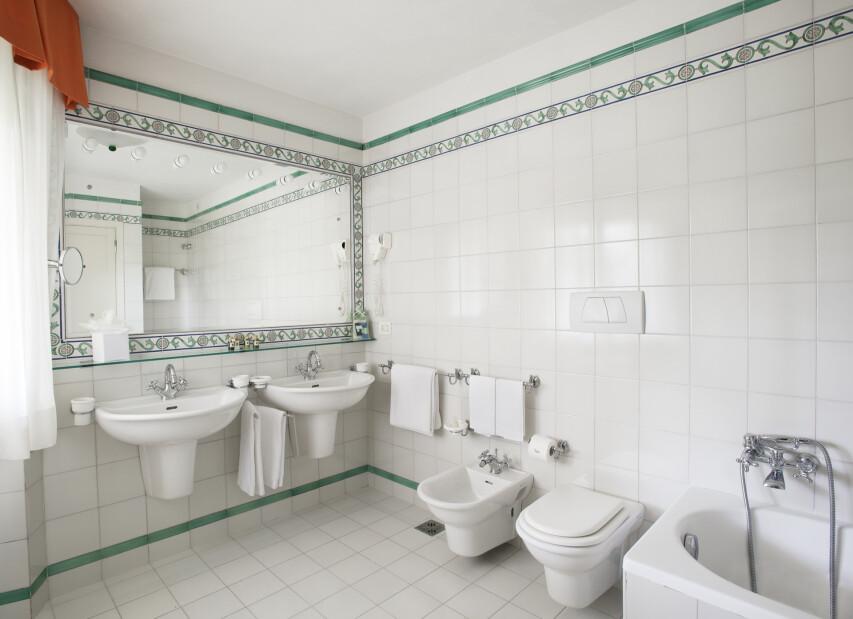 H_R_16-bathroom.jpg