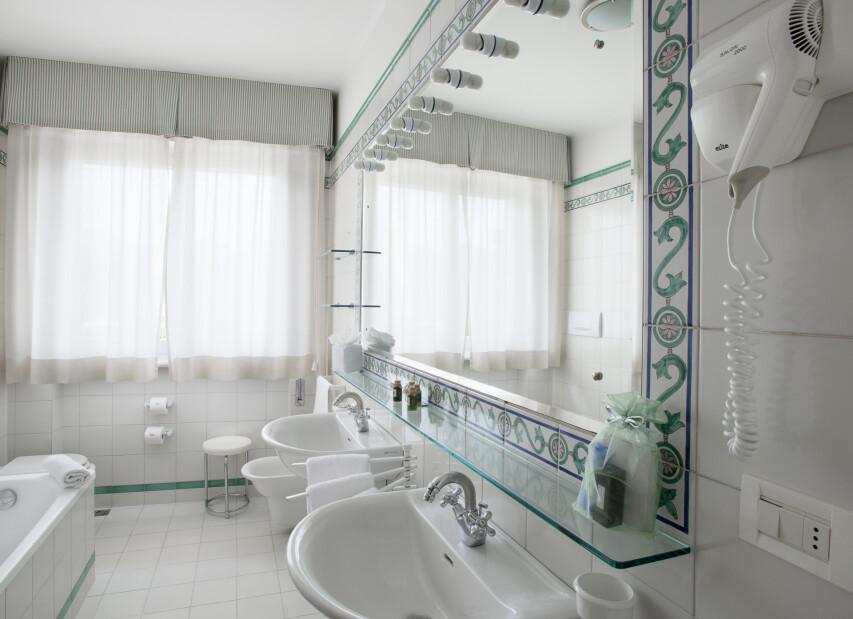 H_R_19-bathroom.jpg