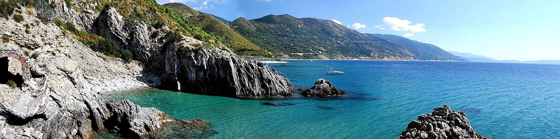 Ascea Marina, skály na pokraji zátoky