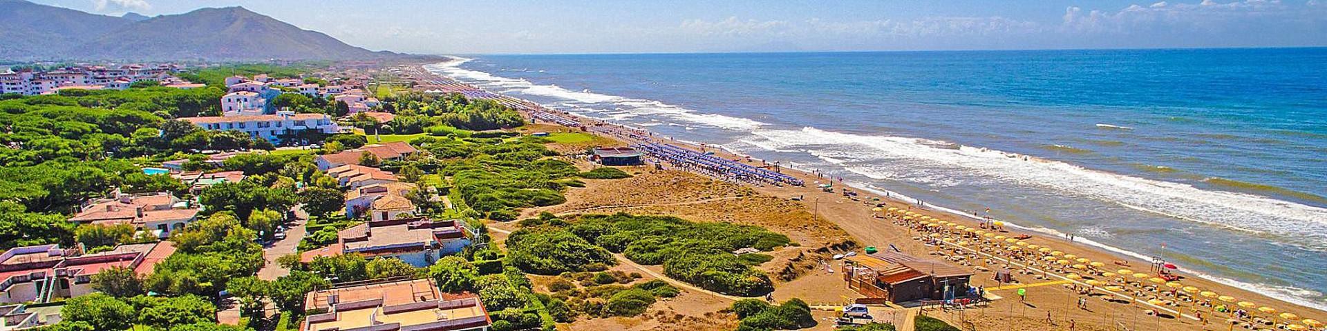 Baia Domizia směrem k Neapoli, pláž v centrální části letoviska