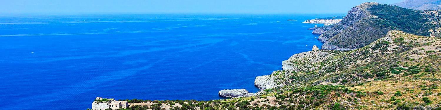 Marina di Camerota, pohled na vzdálené městečko od Punta Falconara