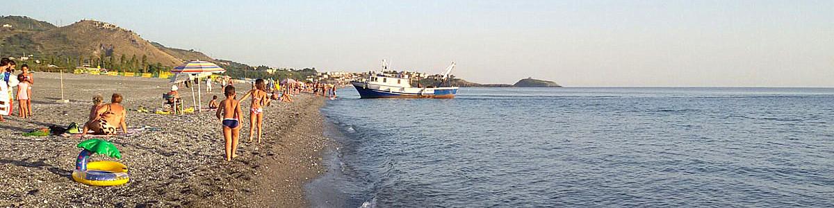 Grisolia Lido, na pláži najdete kamínky, štěrkopísek a těžší písek