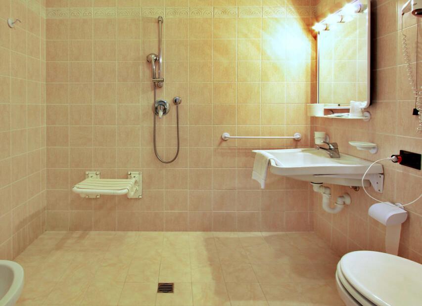 Hotel Carla** - koupelna v bezbariérovém pokoji