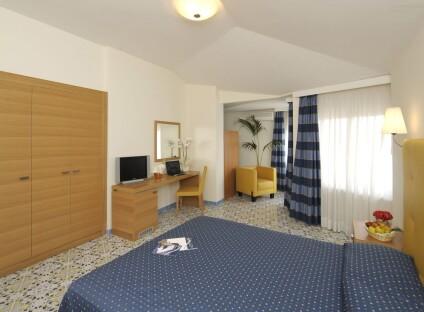 grand hotel Standard tří- až čtyřlůžkový, s bočním výhledem na moře