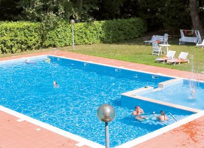 bazén v nedalekém hotelu Marilú
