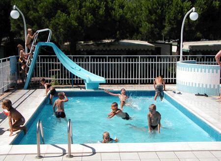 dětský bazén v nedalekém camping Joker