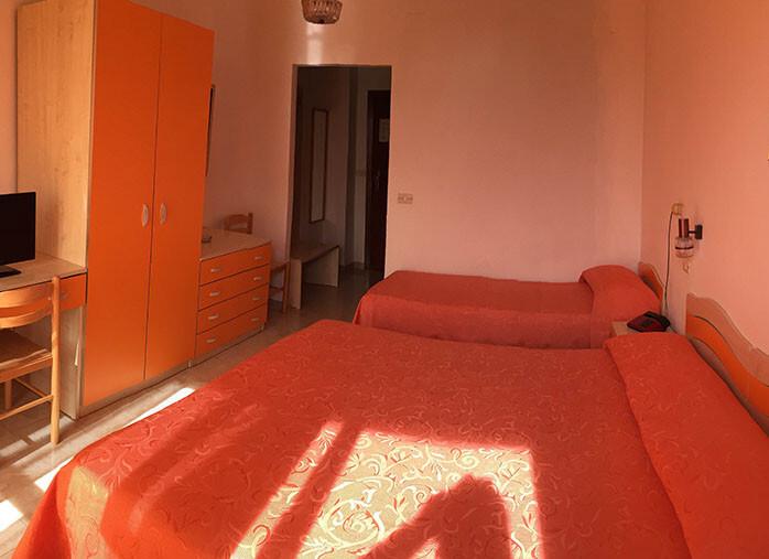 camera_tripla_hotel_germania_praia_a_mare.jpg