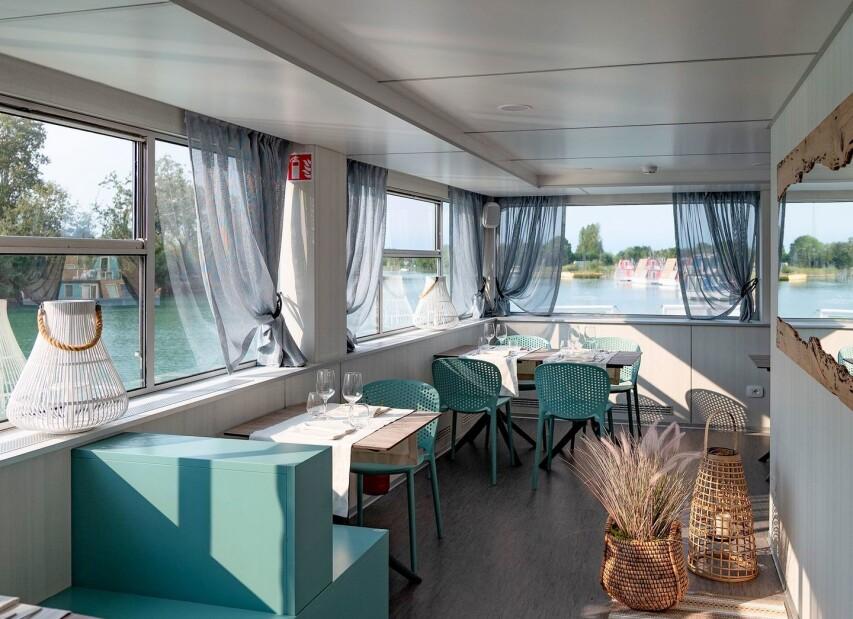 Clubhouse - restaurace na lodi