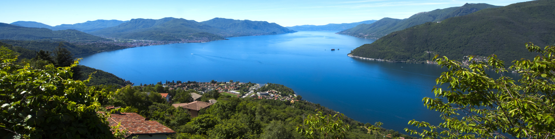 Lago Maggiore - pohled na jezero přes městečko Maccagno