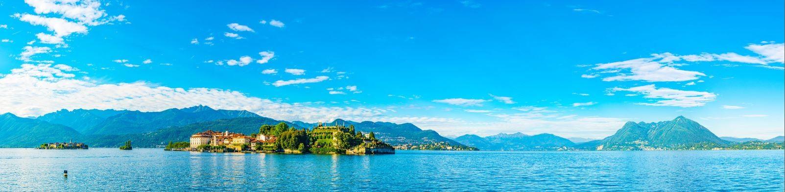 Lago Maggiore - pohled na ostrov Isola Bella v popředí, nalevo ostrov Isola dei Pescatori