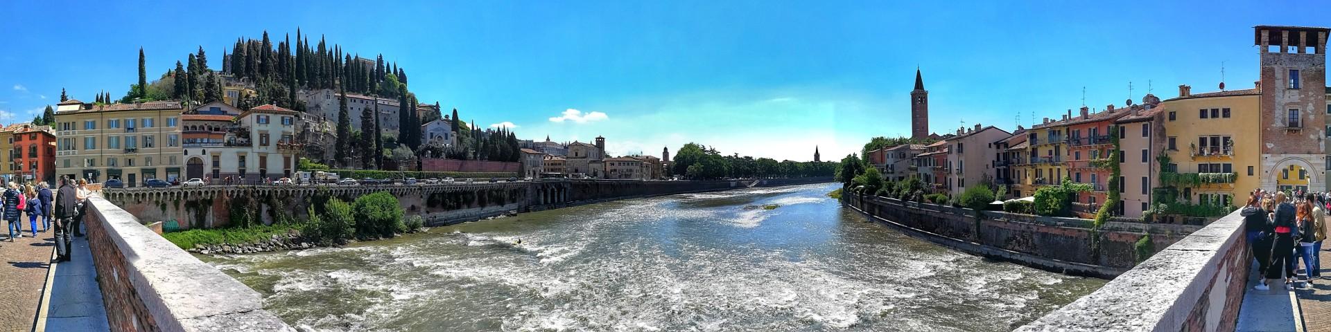 Verona - výhled z mostu Ponte Pietra