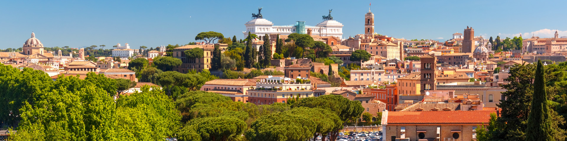 Roma - pohled na kopec Monte Palatino, na němž bylo podle pověsti město založeno