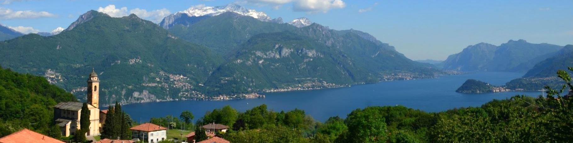 pohled na jezero z městečka Plesio