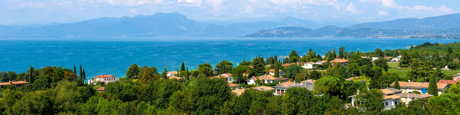 Výhled z Castelnuovo del Garda na jezero