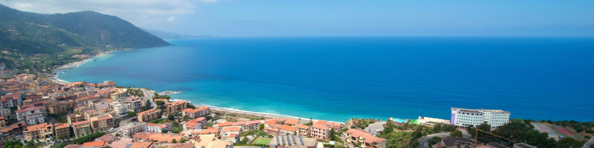 Gioiosa Marea, městečko v zálivu