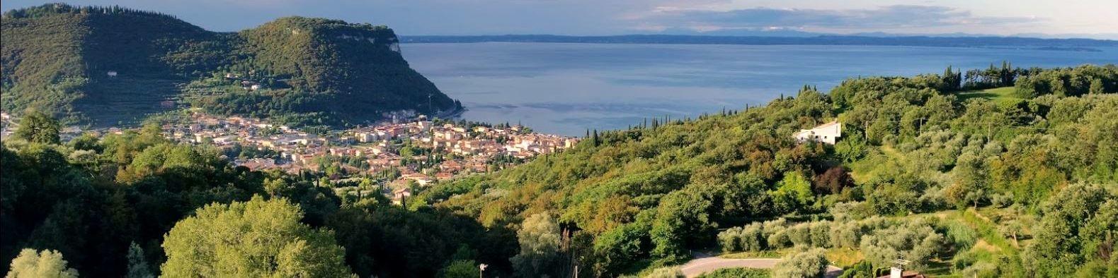 Pohled z lokality Marciaga na město Garda a stejnojmenné jezero