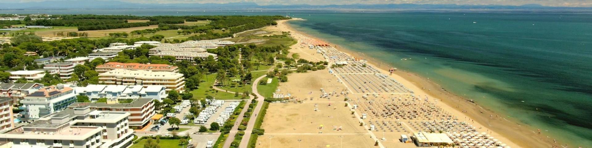 Širokou pláž v Bibione Lido dei Pini lemují udržované trávníky
