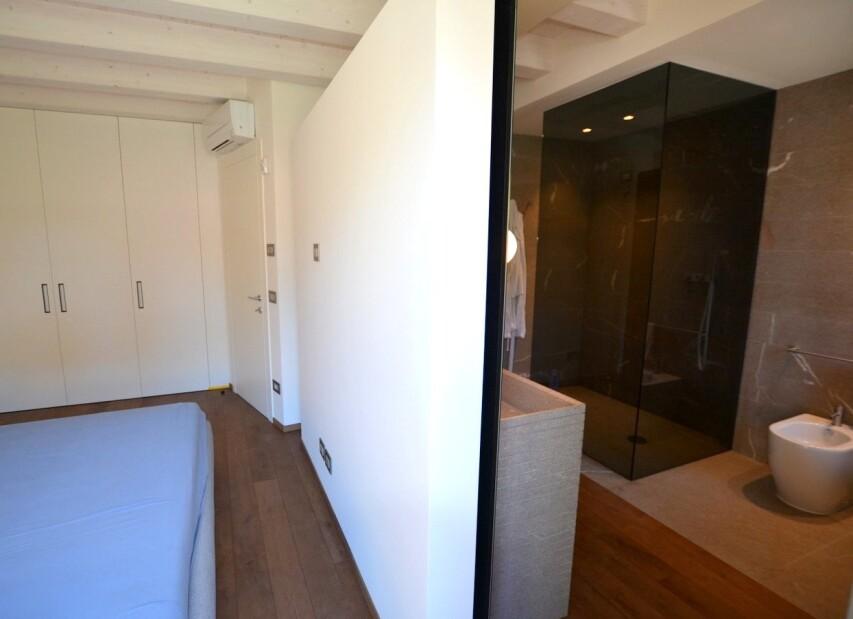 ložnice s vlastní koupelnou (bez oddělení dveřmi)