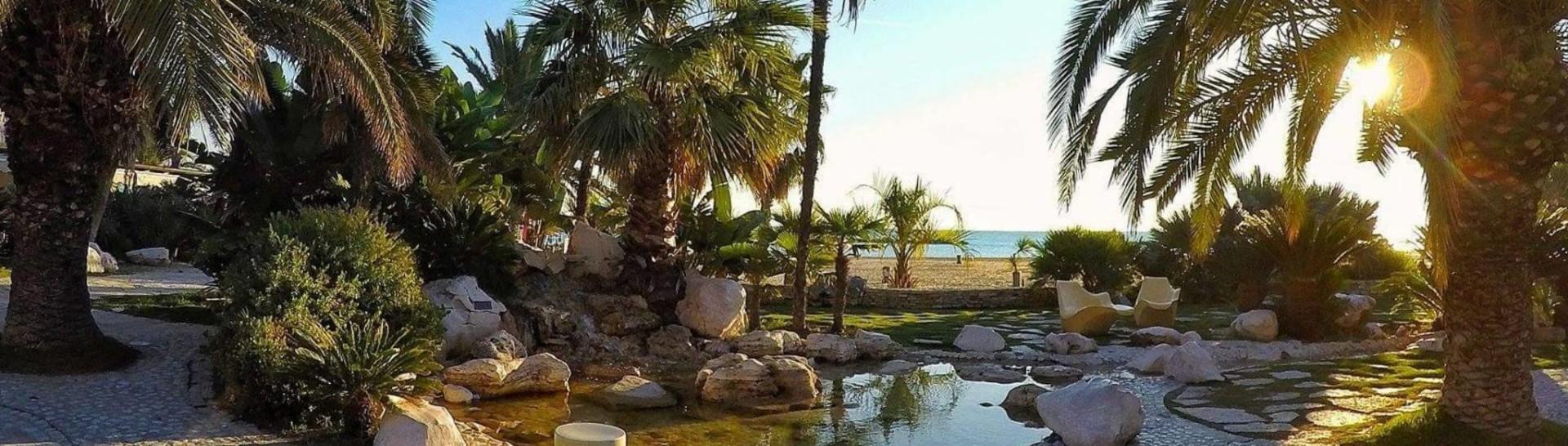 San Benedetto del Tronto, palmová promenáda podél pláže v centru