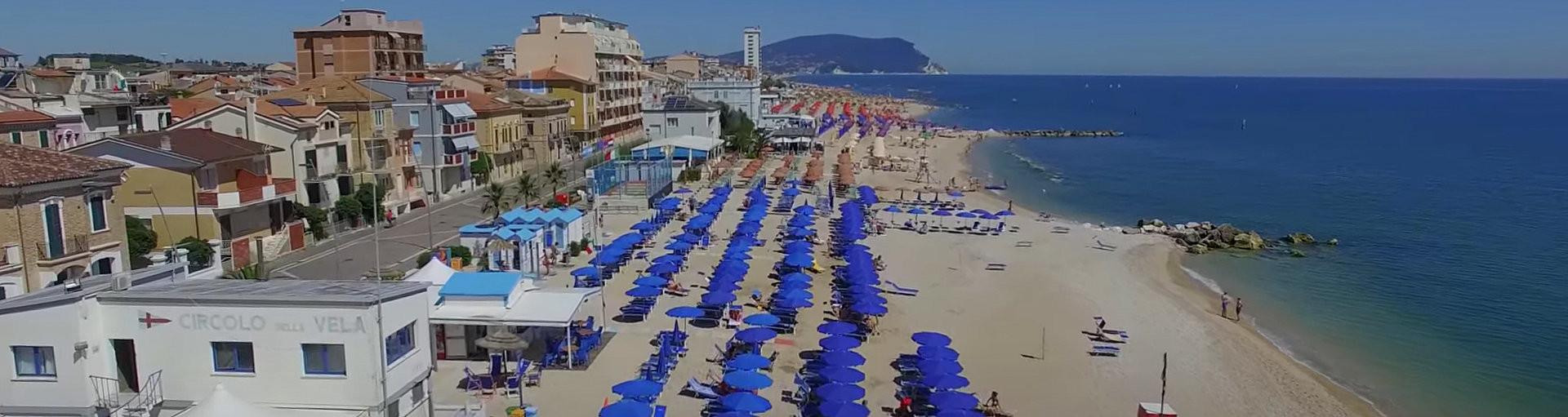 Porto Recanati, pláž v centru, v pozadí je vidět Numana a Sirolo