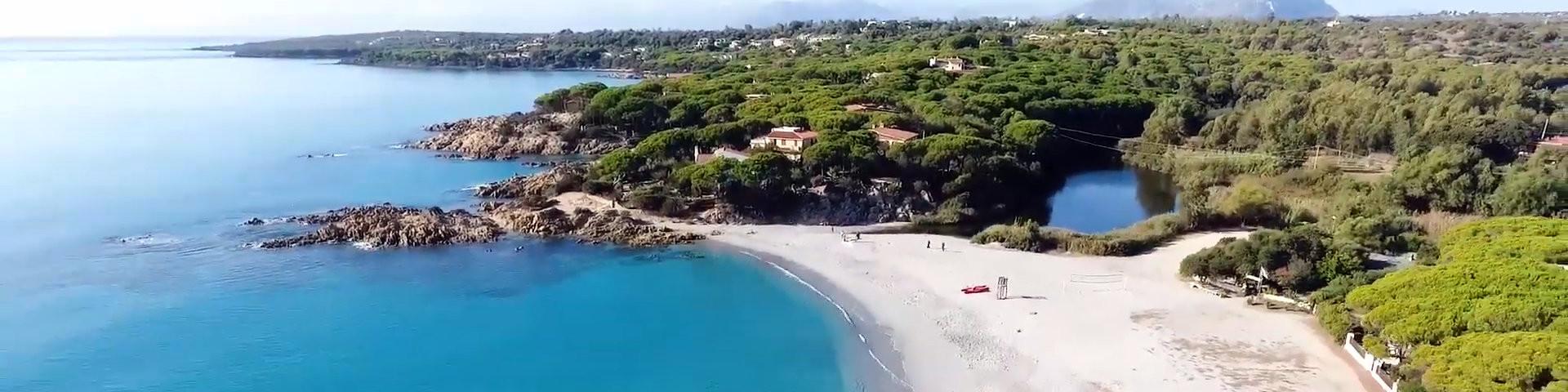 Pláž Cala Liberotto a rybník Riú Sos Alinos